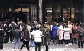 韩国免税店外再现中国游客排40米长队购物
