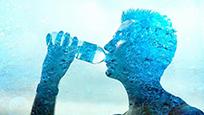 男子每天喝20升水 竟只是为了保命