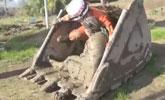 女子深陷淤泥 机智消防员调来挖掘机救人
