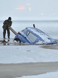 轿车掉进冰窟窿