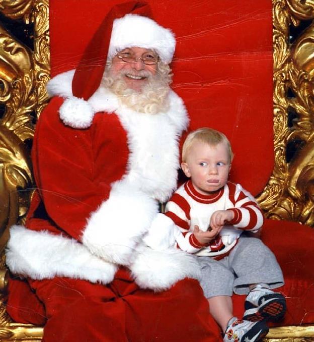 熊孩子讨厌圣诞老人不敢说 打着手语求救