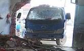 司机停车小便忘拉手刹 货车冲进居民家里