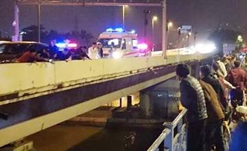 情侣驾车刚上桥 男友突然开门跳江