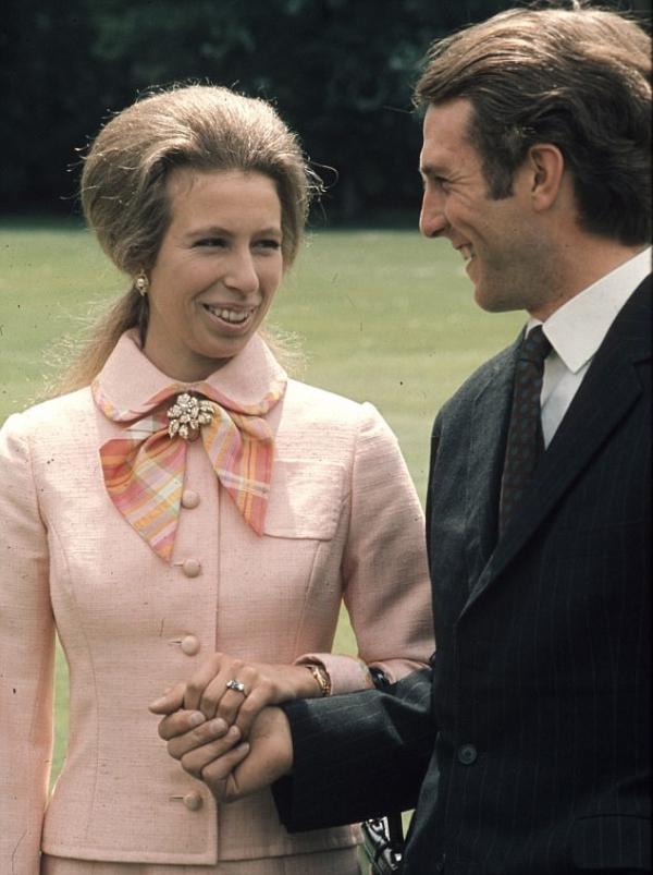 当然还是查尔斯王子和戴安娜王妃在1981年的订婚照,戴安娜穿着情