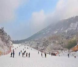七峰山滑雪场体验速度与激情