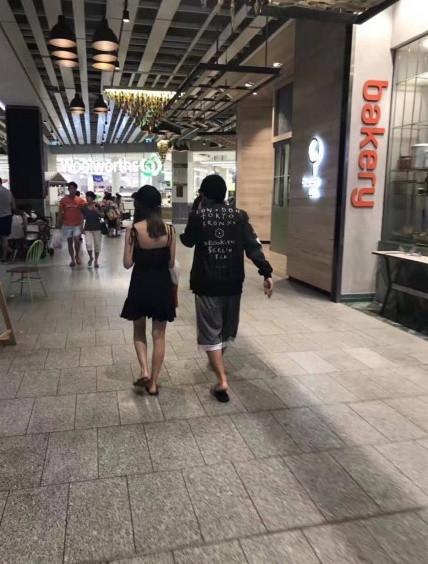 网友偶遇周杰伦与娇妻现身澳洲 一个素颜一个胡子拉碴