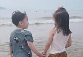 咘咘和小男生牵手看海