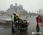 商丘:市民送粥暖警心 警民携手保畅通
