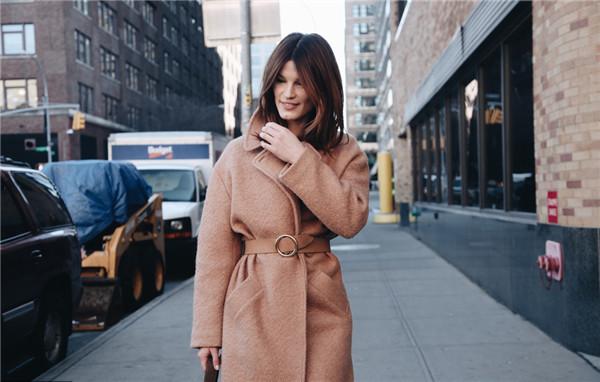 觉得自己长得太路人?穿上这件大衣就是气质美女了