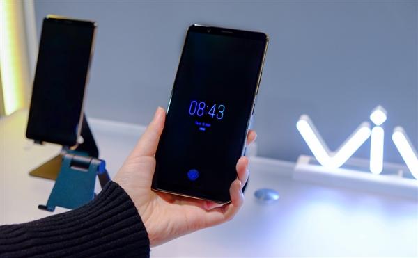 全球首个展示了屏幕指纹识别手机