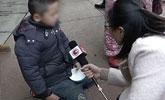男童被父罚街头跪地乞讨 因偷3000元打游戏