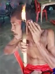 男子用火把理发一幕