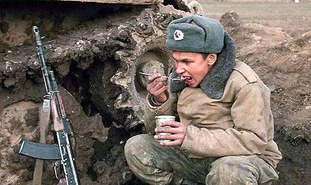 """俄士兵焚毁天价装甲车 """"主谋""""竟是俄罗斯国防部"""