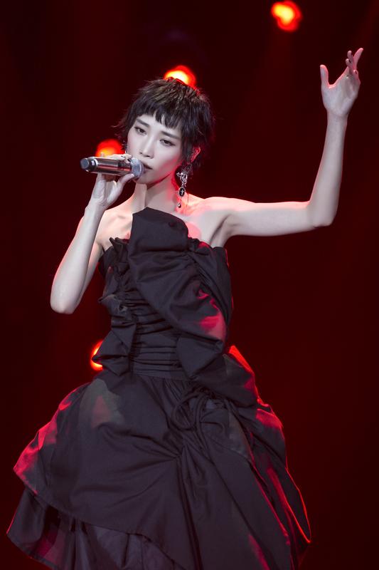 《歌手》汪峰唱跳变二次元 首位踢馆歌手苏诗丁来袭