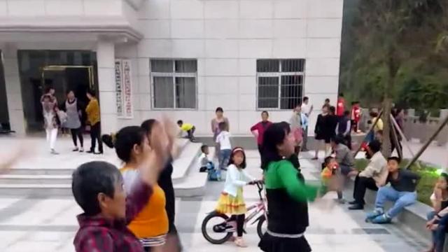 文化广场新建成 男女老少闹黄昏