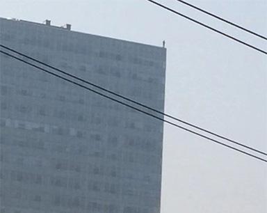 包工头站百米高楼欲轻生 疑因被欠百万装修款