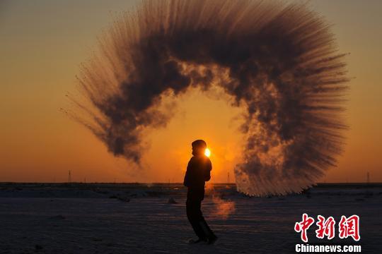"""新疆:在零下30度""""泼水成冰""""_资讯频道_凤凰网"""