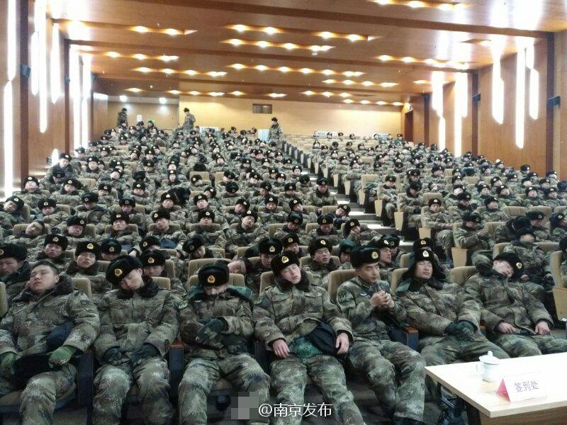 南京官兵休息照走红_资讯频道_凤凰网