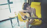 李小璐早年照曝光?在家弹吉他都穿很性感
