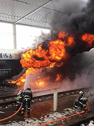 京沪高铁发生火灾 车体已烧穿