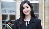章泽天亮相巴黎时装周 黑色收腰西服时髦优雅