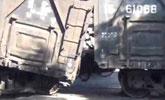 大货车车头钻进火车车厢 车身翻转司机被救出