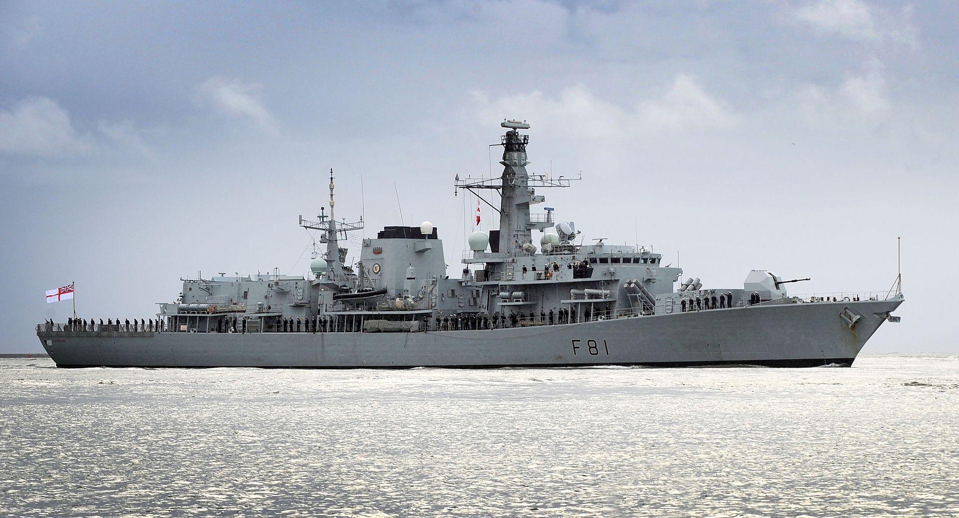 """英国要来南海""""碰瓷""""了!敢进我岛礁12海里吗?"""