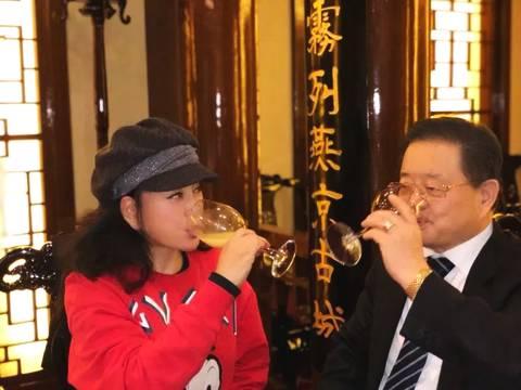 刘晓庆和丈夫合照曝光 秒变小女人