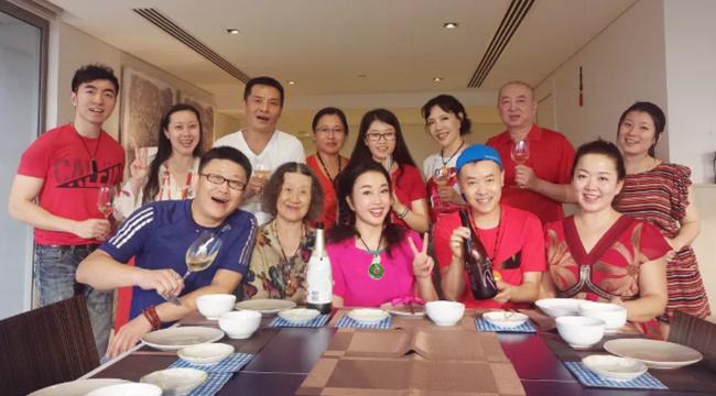 63岁刘晓庆晒大年三十全家福 还亲手下厨做年夜饭