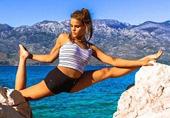 美女飞行员秀高难度瑜伽