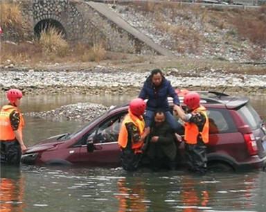 男子河边洗车 上游突然放水被困河中不忘自拍