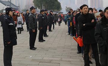 武汉寺庙日进游客27万 警察围成人墙
