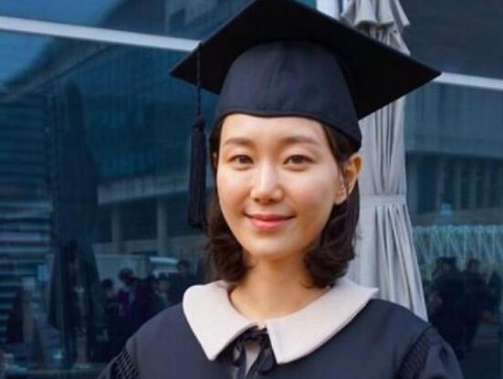 男友金柱赫去年离世 李俞英现身毕业礼
