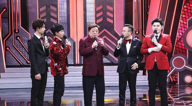 76岁赵忠祥惊喜现身 献唱《再回首》回忆春晚岁月