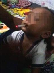 男子把烟放儿子嘴里