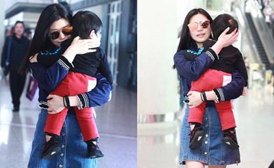 陈妍希抱儿子现身机场 全程摸头抚背超有爱