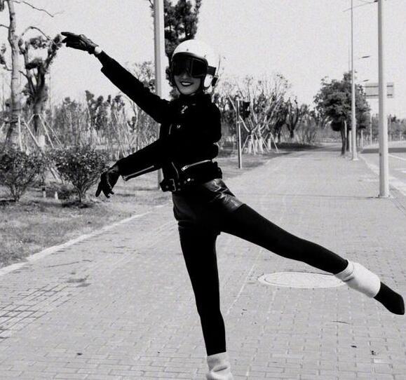 王鸥晒马路跳芭蕾照被赞腿细 耿直回应:P的(组图)