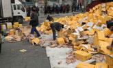 7万瓶饮料滚地路人围上 结局让货车司机惊呆