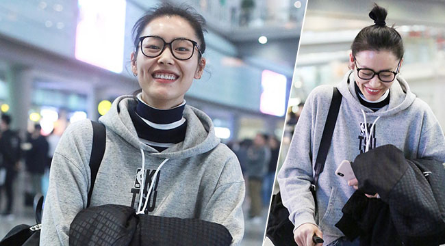 刘雯素颜现身机场 开心大笑露出牙花子