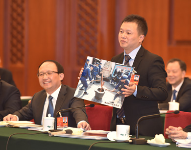 全国两会江西代表在会上展示家乡照片