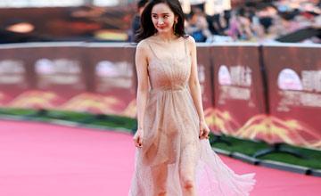 32岁的她靠这条裙子红毯抢镜