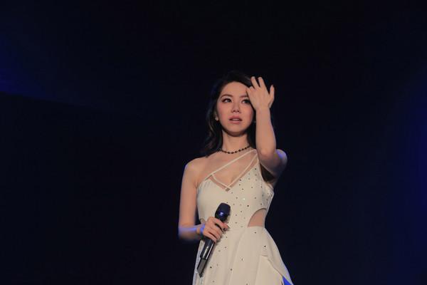 邓紫棋演唱会在台上嚎啕大哭 感谢粉丝给予勇气
