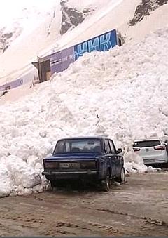 雪崩吞没停车场的一瞬间