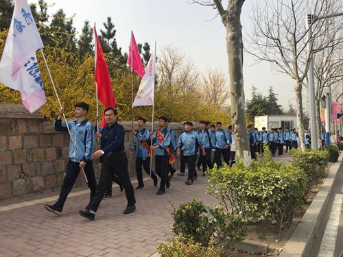"""青岛工贸职业学校举行""""我们的节日·清明""""环保志愿拉练活动"""