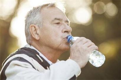 高血压人群这样喝水最健康