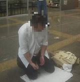 日籍男子台湾街头下跪切腹