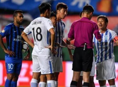 运动汇|VAR技术再惹争议:犯规1分钟后被判罚点球