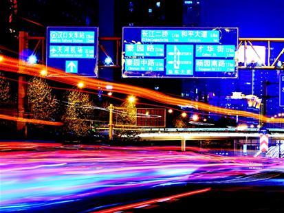 武汉新型指路牌闪亮登场 全彩显示各种字样、图案