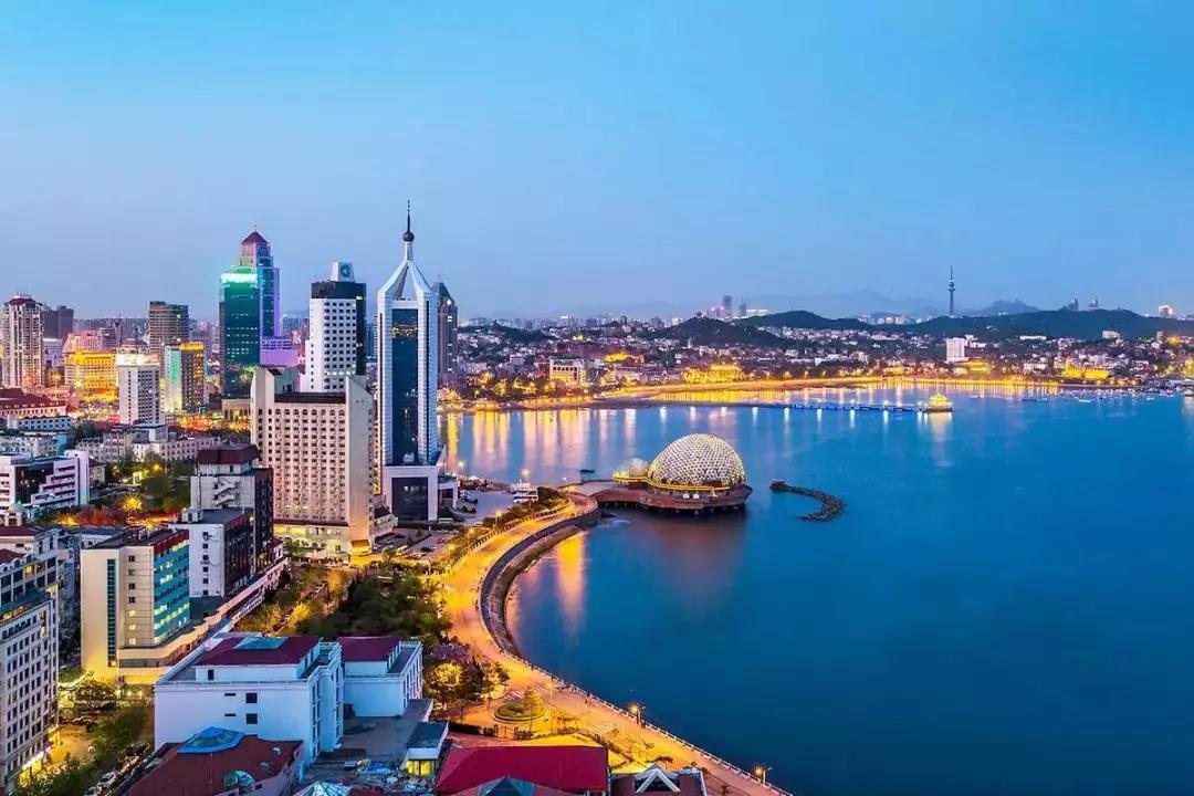 """笔者注意到,在可以体现城市在国际城市中地位的《世界城市体系排名报告》显示,自1999年开始,该机构发布的前4次榜单中,青岛未进入过前十二级。直到2010年,青岛才正式进入榜单,被评为第十二级成长性城市,位列第267位。2012年青岛被评为第十一级高成长性城市,位列第193位。2016年,青岛市排名快速跃升至第143位,档次也由2012年的第十一级""""高成长性"""",跃升至第八级的""""Gamma+""""级。城市发展,可谓成绩斐然。 在国际化进程不断加快的大背景下,青岛的"""