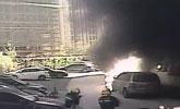 """上海一小区一团火从天而降 小汽车被烧成""""骨架"""""""